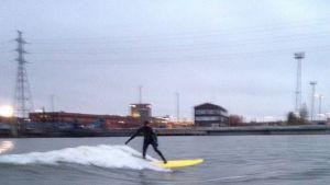 Ensimmäiset surffarit Kalasataman keinoaallolla.