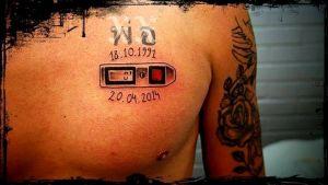 Automaattilaukaisin ja päivämäärät 18.10.1991 ja 20.04.2014 tatuoituna rintaan