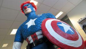 Yle Perämeren toimituksen maskotti Kapteeni Amerikka osallistuu Nenäpäivään omalla jäyhän sankarillisella tavallaan.
