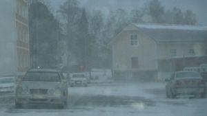 Navakkaa lumituiskua Kemin keskustassa lokakuun 24. päivä vuonna 2014. Autoja lumisateen keskellä parkissa kadun varressa.
