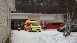 Ambulanssi Utsjoen lukion pihalla.
