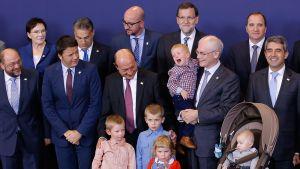 EU-johtajat pääsivät sopimukseen kasvihuonekaasujen vähentämisestä. Eurooppa-neuvoston puheenjohtajan Herman van Rompuy (toinen oikealta) otti lapsenlapsensa mukaan kuvaan.