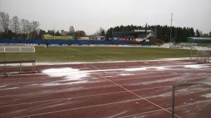 Ensilumi satoi Seinäjoen keskuskentälle päivää ennen Veikkausliigan viimeistä ottelua.
