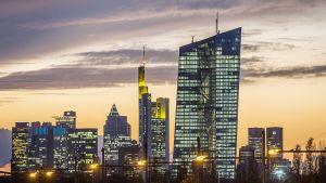 Euroopan keskuspankin uudisrakennus Frankfurtin illassa.