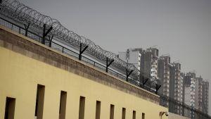 Kiinalaisen vankilan ulkomuuria.
