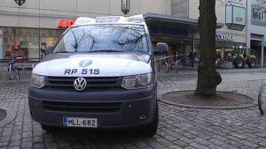Poliisiauto Anttilan edustalla.