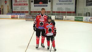 Veli-Pekka Ketola ja Aleksi Heimosalmi seisovat jäähallin jäällä.