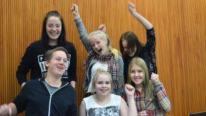 Joukko Kajaanin keskuskoulun yhdeksäsluokkalaisia tuulettaa.