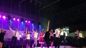 Tanssii tavisten kanssa -tanssijat yhteisesityksessä syksyllä 2014.