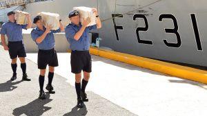 HMS Argyllin miehistö kantamassa takavarikoituja kokaiinipaaleja satamassa.