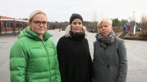 Purku-uhan alla olevan Syväsenvaaran koulun oppilaiden äidit Terhi Aho, Erika Stewart ja Kiki Saastamoinen.