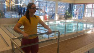 Uimavalvoja Tomi Jääskeläinen valvoo altaassa uivia asiakkaita