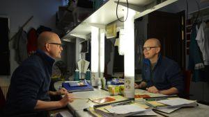 Näyttelijä kari Suhonen katsoo itseään peilistä Kajaanin kaupunginteatterin pukuhuoneessa.