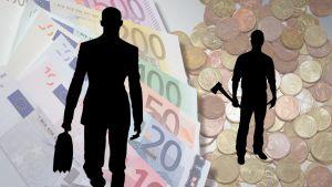 Symbolikuva, jossa setelipinon edessä on salkkumiehen hahmo ja kolikkokasan edessä työmiehen hahmo.