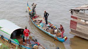 Kalastajia joella.