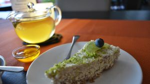 Teekannu ja lautasella pala raakakakkua