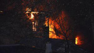 Puinen talo on palanut täysin.