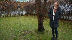 Katariina Hujanen syksyisessä maisemassa.