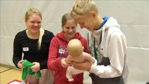 Nuoret vaihtavat vaippaa vauvanukelta