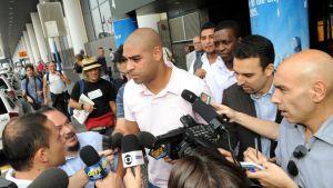 AS Roman Adriano toimittajien ympäröimänä.