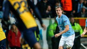 Malmön Markus Halsti pitää palloa.
