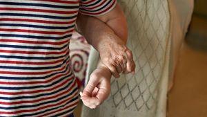 Nuoremman ja vanhemman naisen kädet.