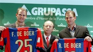 Barcelonan uudet hankinnat Frank de Boer (vas.) ja Ronald de Boer (oik.) poseeraavat seuran puheenjohtaja José Lluis Núñezin (kesk.) kanssa.