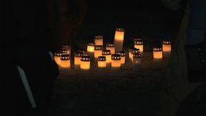 kynttilöitä maassa pimeässä