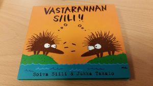 Vastarannan siilin kuvat ovat myös sarjakuvapiirtäjä Milla Paloniemen käsialaa.