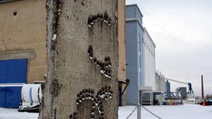 Kappale Berliinin muuria Kuopiossa talvimaisemassa.