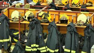 Palomiesten varusteita naulakossa.