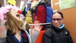 Klovneja Helsingin metrossa.