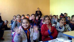 luokka täynnä istuvia oppilaita