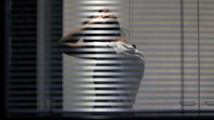 Nuori nainen valvoo keskellä yötä.
