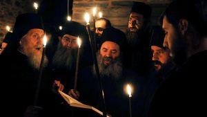 Ortodoksimunkit pääsiäisyön jumalanpalveluksessa Athosvuorella.