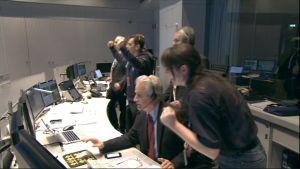 Rosetta-luotaimen lennonjohdossa tuuletetaan laskeutumisaluksen irtautumisen onnistuttua.