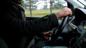 Taksikuski ajaa autoa