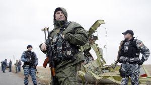Itä-Ukrainan separatistit vartioivat alasammutun matkustajakoneen onnettomuuspaikalla lähellä Donetskia 11. marraskuuta.