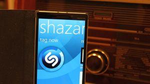 Älypuhelimen ilmainen Shazam-sovellus tunnistaa kätevästi ja hetkessä radiossa soivan kappaleen nimen ja esittäjän.