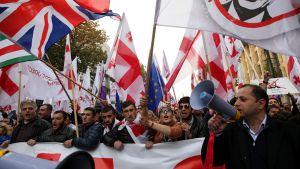 Kymmenettuhannet ihmiset osoittivat mieltään lauantaina Georgian pääkaupungissa Tbilisissä Venäjää vastaan.