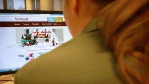 Nainen selailee Sinooperin verkkosivuja.