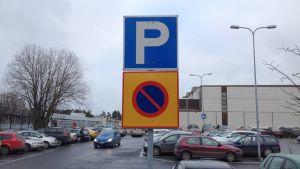 Pysäköintialue- ja pysäköintikieltoaluemerkit Lappeenrannan urheilutalolla