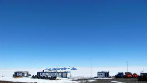 Aboa-tutkimusasemalla Etelämantereella on kahdensadan neliön päärakennuksen lisäksi kontteja, joissa sijaitsevat esimerkiksi tutkimuslaboratorio.