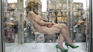 alaston nainen istuu lasikaapissa aukiolla Utrechtissa