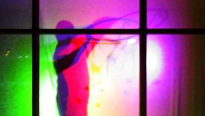 Värikylpy -teosta ripustetaan Keuruun uimahallin eteisaulaan.