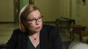 Sosiaali- ja terveysministeri Laura Räty kaipaa selvitystä työkuntoutujien käytöstä palkattomassa työssä yritysten alihankinnassa.