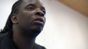 Sambialaisen Barefeet Theatre -ryhmän kouluttaja Taonga Tembo.