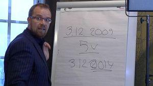Reijo Lahtonen esitteli kartellijutun edistymistä jyväskyläläisravintolassa tänään.