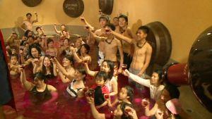 Japanilaisia kylpemässä uuden sadon Beaujolais-viinissä kylpylässä Hakonen kaupungissa.