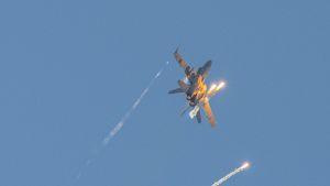 Hornet laukaisee soihtuja harhauttaakseen lämpöhakuisia torjuntaohjuksia